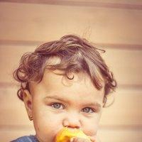 портрет девочки с яблоком :: Тася Тыжфотографиня