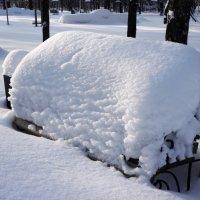 Уставший снег на лавочку присел ... :: Сергей Беляев