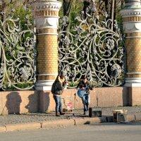 Уличные музыканты на фоне решетки Михайловского сада. :: Олег Попков