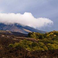 Облако зацепилось за вершину Этны :: Iren Kolt