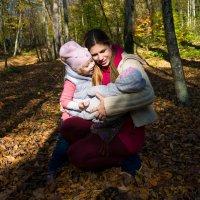 Семья в осеннем лесу :: Alena Pilyasinskaya