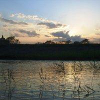 Вечер у реки, а за спиной вампиры и церковь впереди :) :: Инна Буяновская