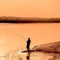 Рыбалка на закате :: Юрий Бичеров