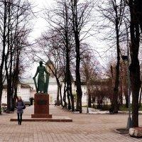 Памятник Андрею Рублёву при входе в Андроников монастырь :: Владимир Болдырев