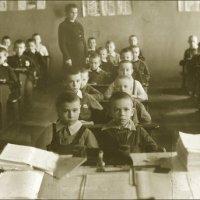 Первый раз в первый класс (1946 год). Как на себя родного не полюбоваться. :: Владимир