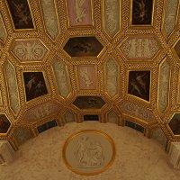 Большой зал. Под сводами расположены лепные барельефы на мифологические сюжеты работы Ж.-Д. Рашета :: Елена Смолова