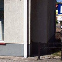 Собачья парковка )))) Обратите внимание на знак. :: Дмитрий Иншин