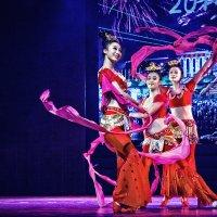 trio dancers with silks :: Vitaliy Mytnik