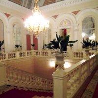 Лестница между этажами Фойе Большого театра :: Галина