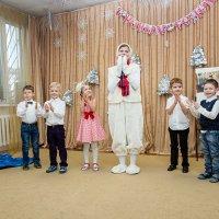 Ёлки в детском центре :: Ирина Кондратьева
