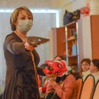 в маске раздает маски :: Юрий Винницкий