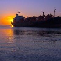 Утренний заплыв с корабликом :: Дмитрий Грибанов