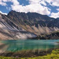 Изумрудное озеро в истоках Перевальной. :: Виктор Никитин