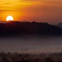 Восход солнца в окрестностях Нгапали. :: Олег Грачёв