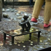 Сидящий мальчик - самая маленькая скульптура в Стокгольме :: Александр Рябчиков