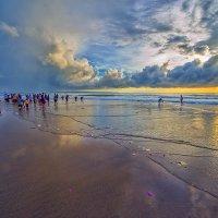 Балийский индуистский праздник Кунинган.Церемония подношений в океан. :: Александр