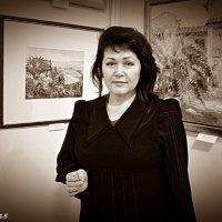 Олена Чайка, журналістка. Портрет на фоні картин. :: Степан Карачко