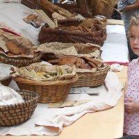 Девочка и хлеб :: Sergey Fadeev