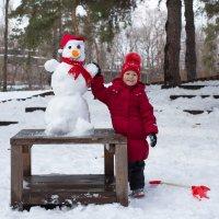 Таня со своим снеговиком :: Елена Ахромеева