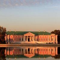 Кусково. Дворец с отражением на закате осеннего дня :: Александра