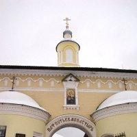 У входа в монастырь :: Ольга Иргит