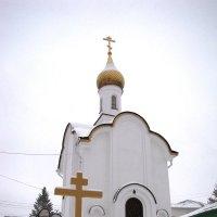 Боровск. Часовня и крест возле ямы, в которой держали боярыню Морозову :: Ольга Иргит
