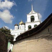 Захаб в Псковском Кремле с видом на колокольню Троицкого собора :: Наталья (Nattina) ...