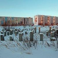 Северодвинск. Несостоявшийся дом на фоне артобъекта :: Владимир Шибинский