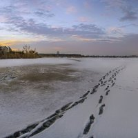 Следы на замерзшей реке :: Лидия Цапко