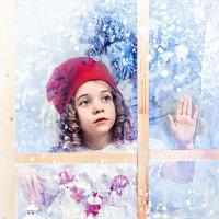 Красная  шапочка за окном в морозную ночь :: Татьяна Семёнова
