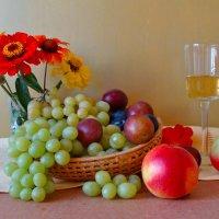 Яблочный сок. :: Larisa Simonenkova
