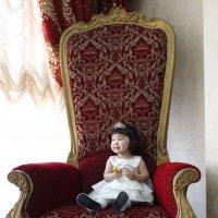 Маленька, одинокая королева :: Евгений Темирбеков
