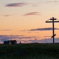 Поклонный крест в Устье Варзуги :: Алексей Вуколов