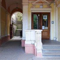 Арка дома с лестницей на соседнюю горную улицу :: Евгений Кривошеев