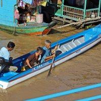 Камбоджа. Озеро Тонлесап. Плавучий вьетнамский город. Хорошая лодка :: Владимир Шибинский