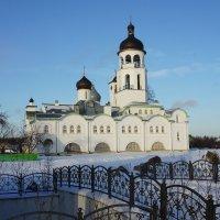 Вид со стороны Святого озера на Успенский храм  в Крыпецком монастыре :: Елена Павлова (Смолова)