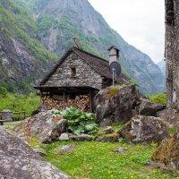 Дома, вырастающие из каменных валунов:) :: Alllen Polunina