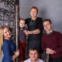 На фоне лестницы снимается семейство :: Василий Гущин