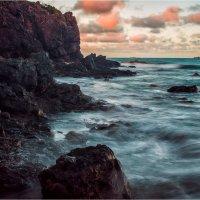 Скалистый берег океана :: Игорь Дутов