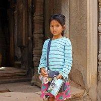 Камбоджа. Храмовый комплекс Ангкор-Ват. На вершине храма девочка продаёт открытки :: Владимир Шибинский
