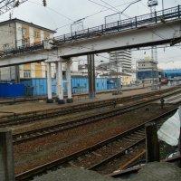 Взгляд на вокзал через дыру в заборе. :: Анфиса