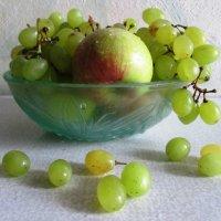 Натюрморт с виноградом :: Самохвалова Зинаида