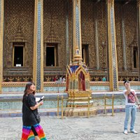 Таиланд. Бангкок. Китайские туристы перед храмом изумрудного Будды :: Владимир Шибинский