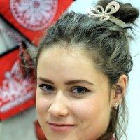 Рукодельница ;молодая и привлекательная :: Олег Лукьянов