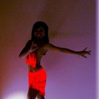 Танцующая в темноте :: Наталья Дмитриева