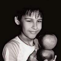 Мальчик с яблоками :: Елена ТАРАСЕНКО