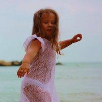 Что может быть лучше, чем танцевать покромке моря? :: Мария Корнилова