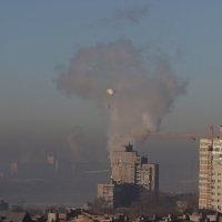 Утреннее окно. Дым над городом... :: Леонид