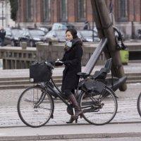 Задумавшаяся велосипедистка :: Anton Budkin