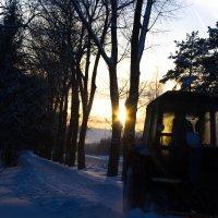 Закат наполняет кабину трактора, водитель щурит глаза в преддверии окончания рабочего дня. :: Катя Козенкова